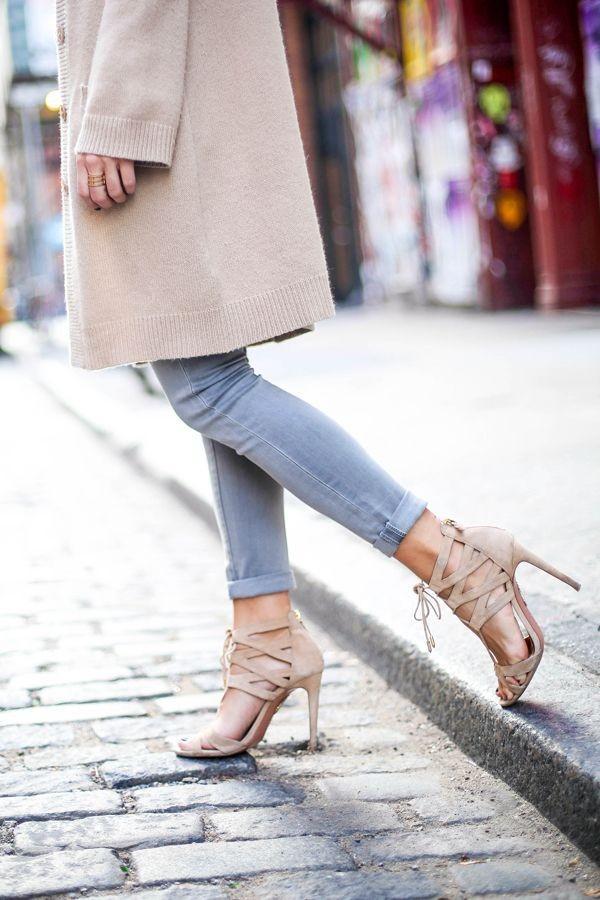 5 cách nhấn nhá để set đồ quần jeans & áo len trơn màu thêm nổi bật