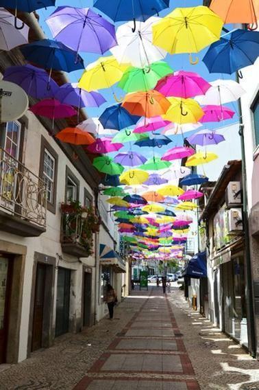 Rua Luis de Camões, Águeda, Bồ Đào Nha: Thành phố Águeda biến mùa hè rực lửa thành không gian sống động nhiều màu sắc. Đây chính là dự án Umbrella Sky của công ty Sexta Feira, với ý tưởng treo hàng trăm chiếc ô sặc sỡ trên bầu trời. Năm nay, thành phố bắt đầu treo ô vào tháng 7. Rua Luis de Camões là một trong những đường phố đẹp, rực rỡ và nghệ thuật nhất.