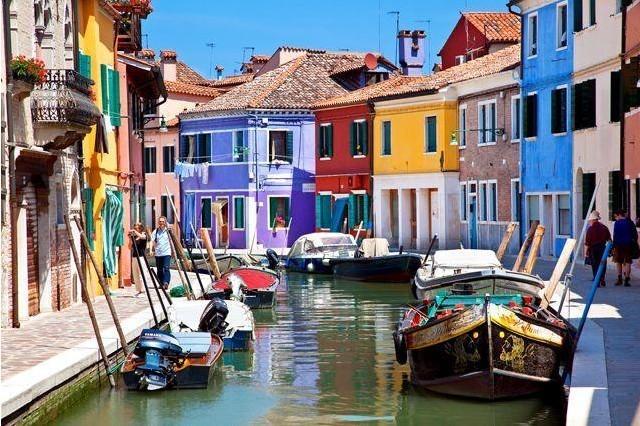 Via Galuppi, Burano, Italy: Venice nổi tiếng với những con kênh đào tuyệt đẹp, nhưng ấn tượng hơn cả chính là hòn đảo nhỏ có tên Burano. Tất cả các căn nhà trên hòn đảo rộng 21 ha này đều được sơn bằng những màu sắc rực rỡ như đỏ, vàng, xanh, lam, hồng... Phần lớn hệ thống nhà cửa trên đảo là các khu nhà ở của người dân xen kẽ với một vài không gian trồng cây xanh nhỏ nhắn xen kẽ. Phố chính trên đảo Via Galuppi với các cửa hàng lưu niệm, bar, nhà hàng cũng được sơn phết sặc sỡ. Tương truyền những ngôi nhà này được sơn để dễ phân biệt trong mùa sương mù.