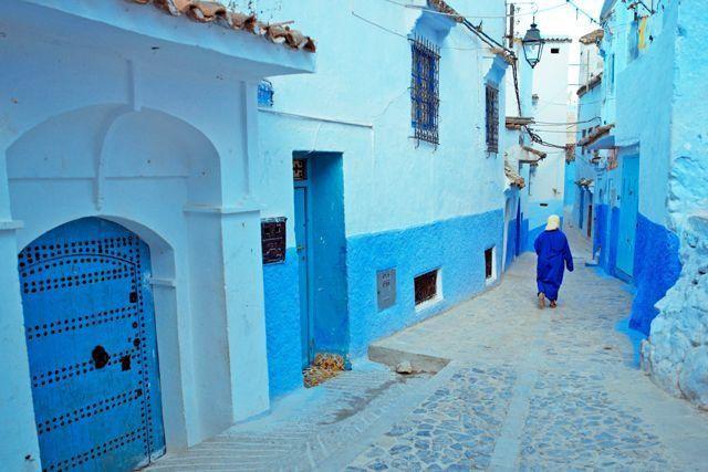 Rue Targui, Chefchaouen, Morocco: Nằm trên vùng núi heo hút, thành phố này cách biệt thế giới trong gần nửa thiên niên kỷ và có màu xanh dương đặc trưng. Màu sơn này được dùng để chống muỗi. Rue Targui là con phố chính với những hẻm ngõ ngoằn ngoèo cùng màu thiên thanh tuyệt đẹp.