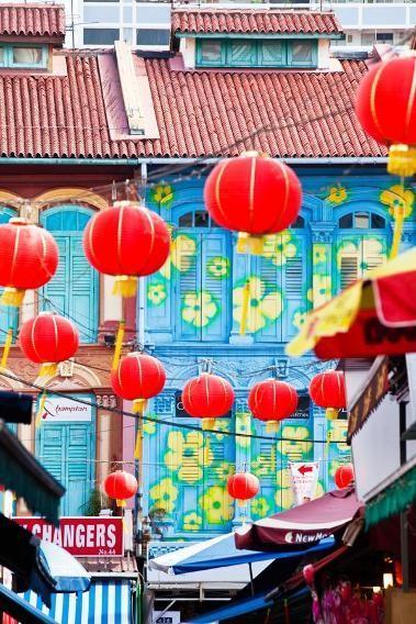 Phố Trengganu, Singapore: Khu phố Tàu ở Singapore không chỉ nổi tiếng với những quầy bán đồ ăn, cửa hàng cửa hiệu, tiệm xăm henna mà còn hấp dẫn du khách bởi những chiếc đèn lồng đỏ điệu đà.