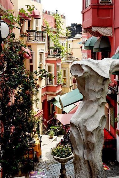La Rue Française, Istanbul, Thổ Nhĩ Kỳ: Đất nước này vốn nổi tiếng với kiến trúc tuyệt đẹp, nhưng ở con phố này lại đặc biệt ấn tượng với những hàng ăn, quán cà phê, quán rượu kiểu Pháp nằm dưới những tòa nhà nhiều màu sắc. La Rue Française luôn tràn ngập âm nhạc vào bất kỳ thời điểm nào trong ngày.