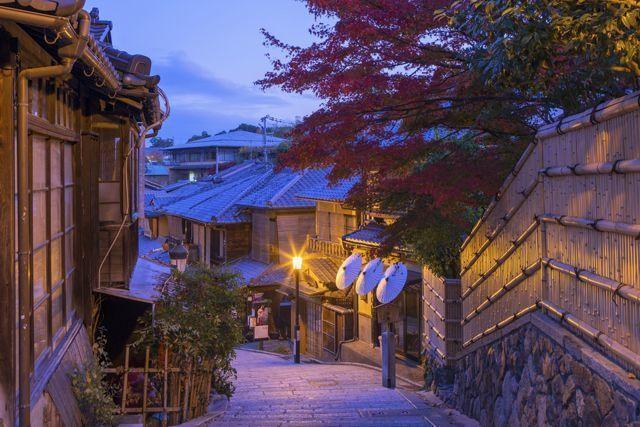 Ninen-Zaka, Kyoto, Nhật Bản: Ninen-zaka và phố Sannen-zaka song song với nó là hai con phố được bảo tồn cẩn thận nhất ở cố đô Nhật Bản. Du khách có thể tìm được các cửa hiệu bán từ những dụng cụ chăm sóc da thời xưa tới các loại dưỡng da từ trà. Tới đây, du khách sẽ ngỡ ngàng như lọt vào một Nhật Bản xưa cũ.
