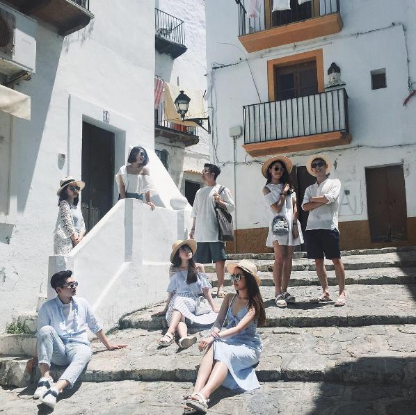 Đi du lịch nhóm phải mặc đồ tông xuyệt tông rồi chụp ảnh như thế này mới bắt kịp xu hướng! - Ảnh 2.