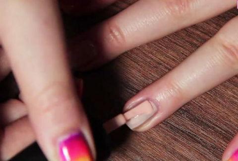 Tự sơn móng tay màu cầu vồng theo xu hướng Ombre