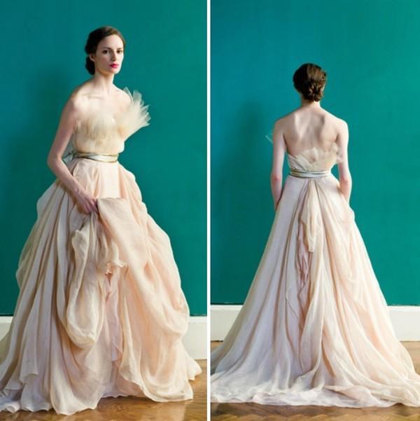 Những mẫu váy cưới tuyệt đẹp không mang tone trắng truyền thống 13