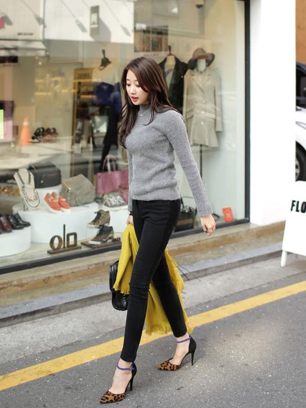Gợi ý 4 cách kết hợp luôn đẹp với áo len trơn màu 1