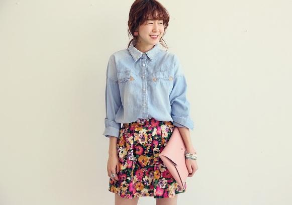 Chiếc áo denim màu nhạt mix cùng chân váy hoa xòe là một gợi ý không tồi