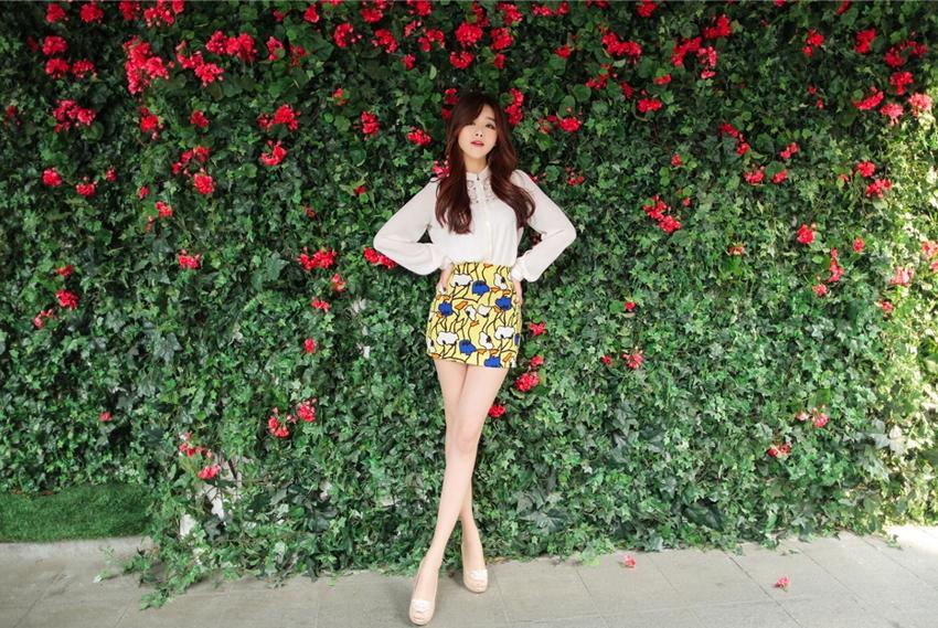 Đẹp quyến rũ với guu chân váy hoa nơi công sở
