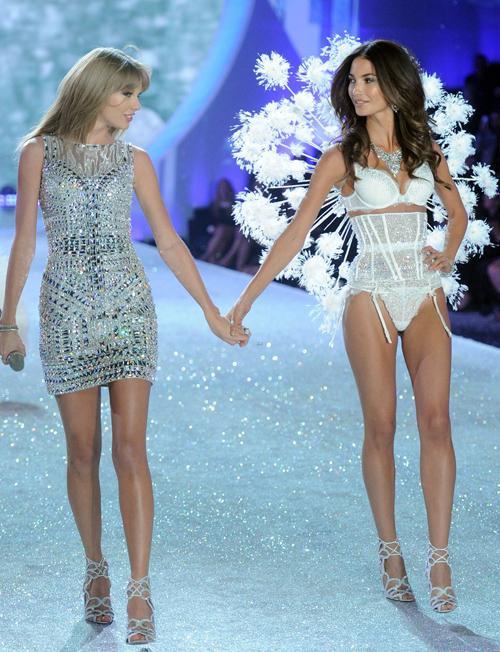 Taylor Swift lộng lẫy không kém mẫu Victoria's Secret