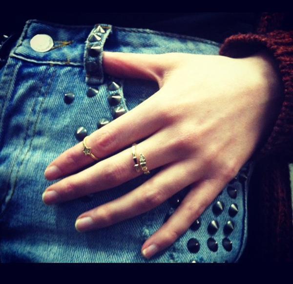 Chất lừ với mốt đeo nhẫn lửng lơ midi ring