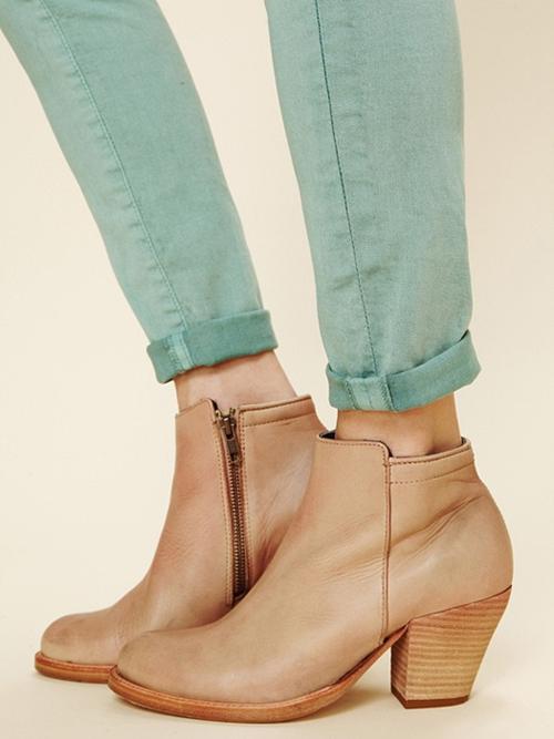 Những mẫu giày/dép tone nude trendy và tiện dụng