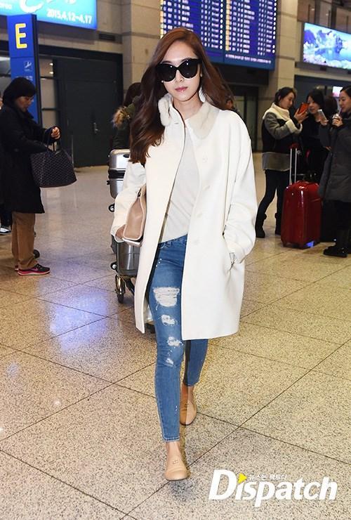 Học lỏm sao Á cách mặc quần jeans xanh thêm thu hút ngày lạnh 21
