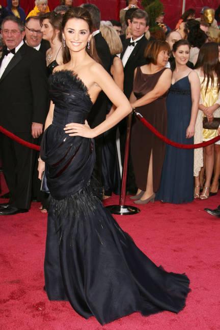 15 chiếc váy thảm đỏ ấn tượng nhất trong lịch sử