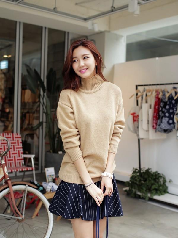 Gợi ý 4 cách kết hợp luôn đẹp với áo len trơn màu 14