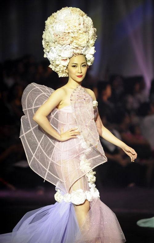 Xuất hiện tại Đẹp Fashion Show 11 vừa qua, diễn viên múa Linh Nga gây ấn tượng với thiết kế tông màu pastel của NTK Lý Quí Khánh.
