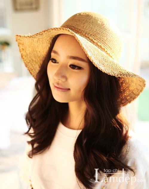 Phối đồ đẹp duyên dáng với mũ rộng vành cho ngày nắng