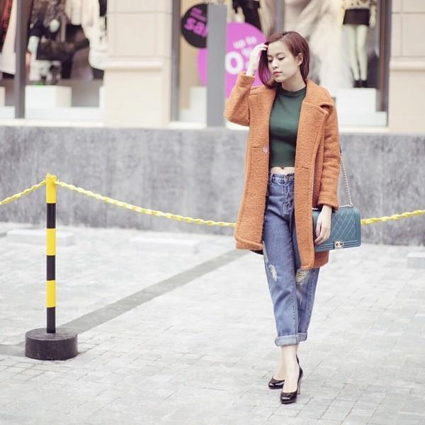 Học lỏm sao Á cách mặc quần jeans xanh thêm thu hút ngày lạnh 1