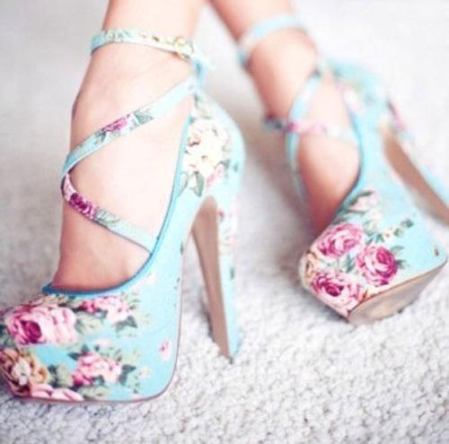Mang giầy hoa xuống phố