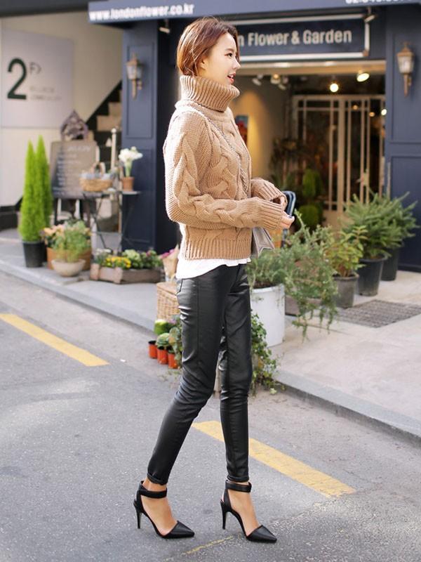 Gợi ý 4 cách kết hợp luôn đẹp với áo len trơn màu 5