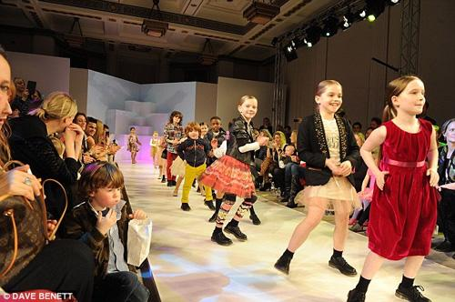 Các người mẫu nhí đáng yêu trên sàn catwalk