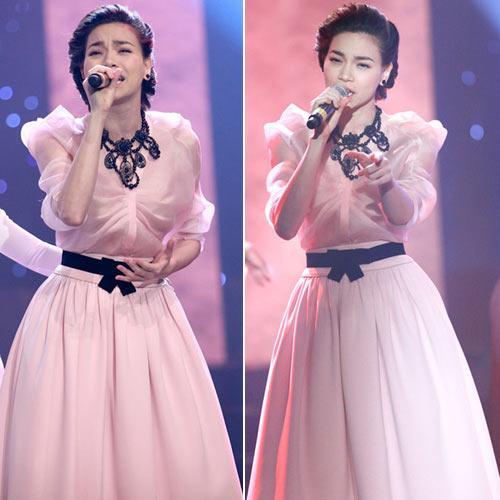 Hồ Ngọc Hà luôn chứng tỏ đẳng cấp thời trang của mình. Chiếc đầm theo phong cách vintage màu hồng pastel nhẹ nhàng mix cùng vòng cổ hoa độc đáo và thắt lưng đen là điểm nhấn đặc biệt cho trang phục.