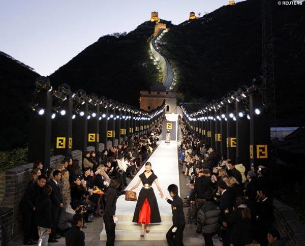 9 khoảnh khắc huyền thoại trên sàn catwalk thế giới
