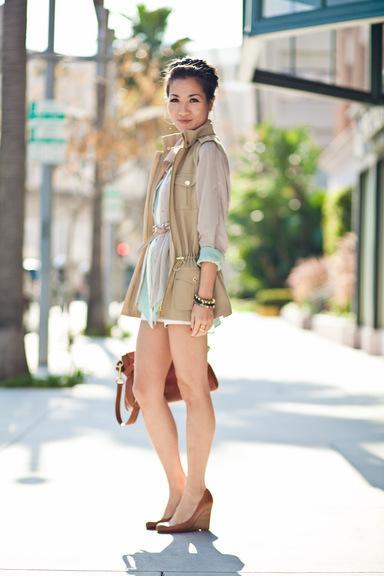 Dịu dàng ngày Xuân với cách mix đồ layering điểm nhấn là chiếc áo sơ mi pastel.
