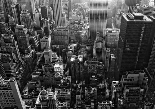 Thành phố New York của nước Mỹ với những tòa nhà cao chọc trời lạnh lẽo vào mùa đông là bối cảnh thực hiện MV