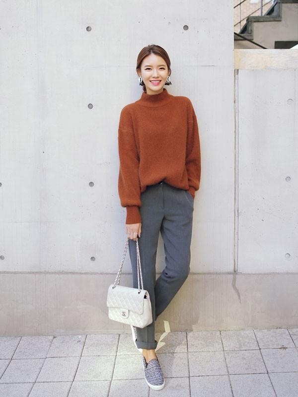 Gợi ý 4 cách kết hợp luôn đẹp với áo len trơn màu 19
