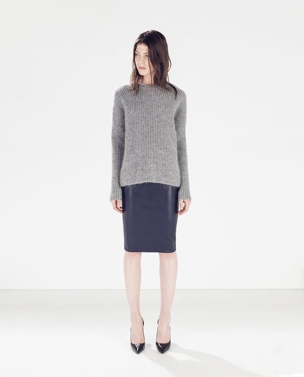 Muôn kiểu kết hợp nhẹ nhàng và ấm áp cùng chân váy midi 19