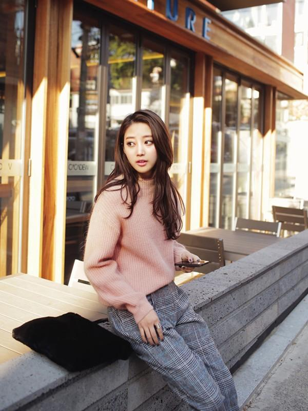 Gợi ý 4 cách kết hợp luôn đẹp với áo len trơn màu 22