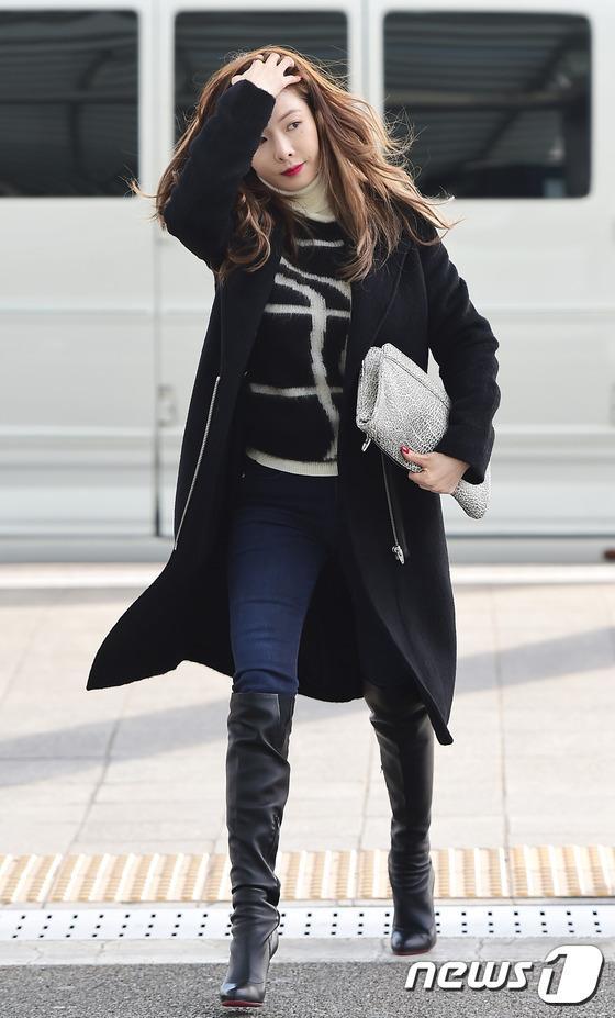 Học lỏm sao Á cách mặc quần jeans xanh thêm thu hút ngày lạnh 16
