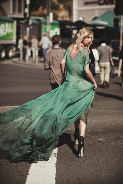 Hè về, váy maxi tung bay trên phố