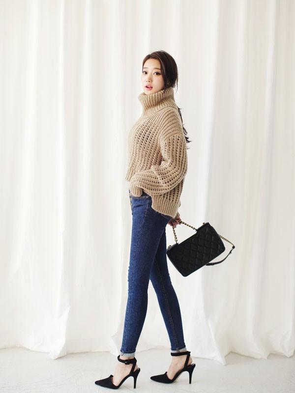 Gợi ý 4 cách kết hợp luôn đẹp với áo len trơn màu 2