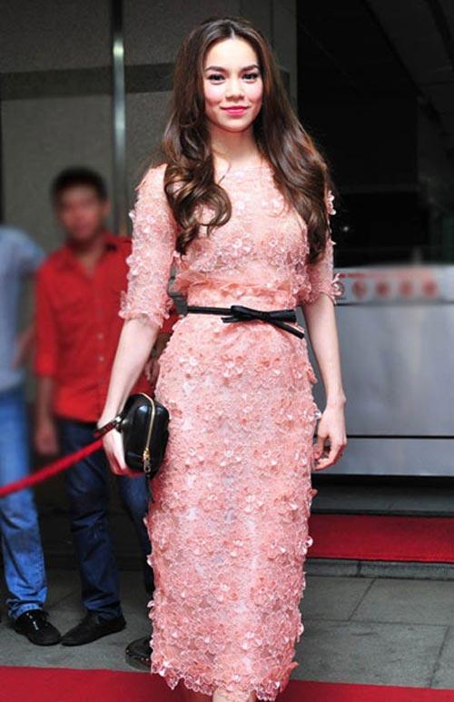 Thanh lịch và sang trọng với chiếc đầm ren màu hồng pastel.