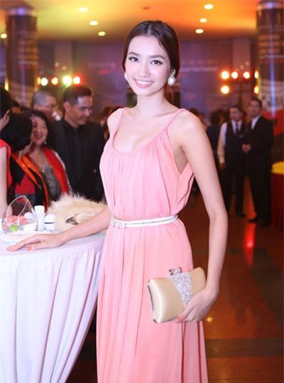 Màu sắc pastel hoàn hảo nhưng kiểu dáng của chiếc đầm suôn này khiến Trúc Diễm trở nên quá đơn điệu.