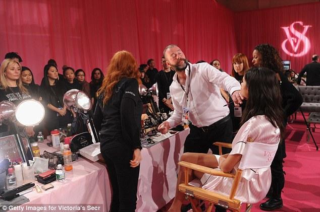Cận cảnh hậu trường nóng bỏng của Victoria's Secret show 2013