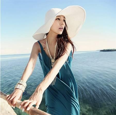 Gợi ý phối đồ đẹp đi biển với mũ rộng vành