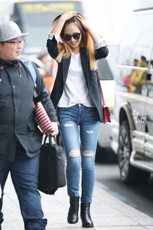 Học lỏm sao Á cách mặc quần jeans xanh thêm thu hút ngày lạnh 14