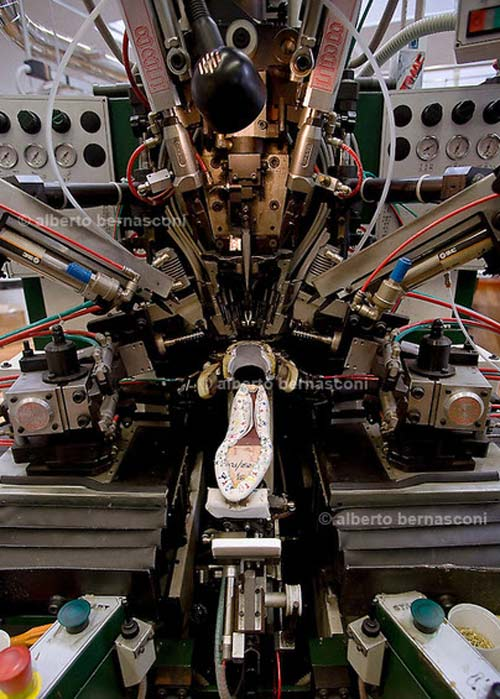 'Đột nhập' xưởng sản xuất giày của Louis Vuitton