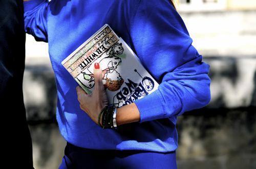 """Sao và fashionista thế giới """"mê mẩn"""" clutch hình sách của NTK gốc Việt"""