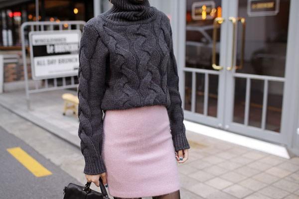 Gợi ý 4 cách kết hợp luôn đẹp với áo len trơn màu 7