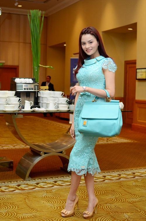 """Vũ Thu Phương """"ton – sur – ton"""" với váy ran và túi màu xanh pastel."""