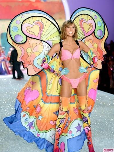 """Victoria's Secret Fashion Show 2013 chuẩn bị """"đổ lửa"""" lên sóng truyền hình."""