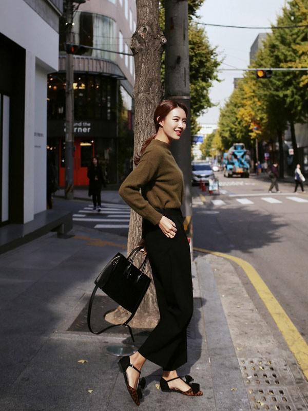 Gợi ý 4 cách kết hợp luôn đẹp với áo len trơn màu 21