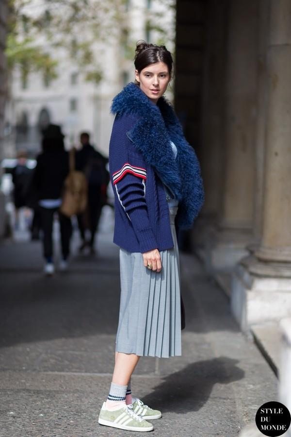 Muôn kiểu kết hợp nhẹ nhàng và ấm áp cùng chân váy midi 11