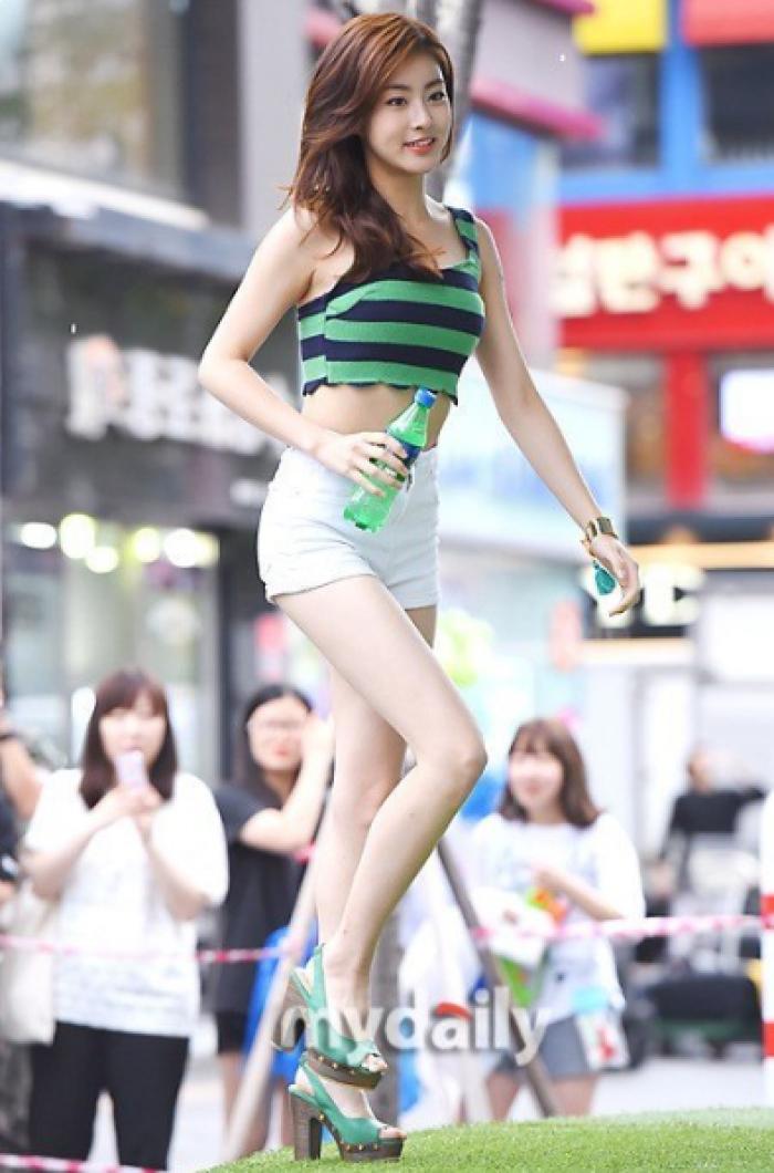 Với 30% số phiếu bình chọn, Kang So Ra giành ngôi á quân. Cô nàng là một diễn viên trẻ triển vọng tại Hàn. Không chỉ sở hữu gương mặt đẹp, Kang So Ra còn nổi tiếng vì thân hình nóng bỏng, đôi chân dài miên man. Ngôi sao Dream High 2 từng lăng xê không ít item thời trang kén người mặc thành mốt, được xem là một fashionista có tiếng. Dù vậy, trong quá khứ, nữ diễn viên nặng đến 72 kg. Ảnh 3