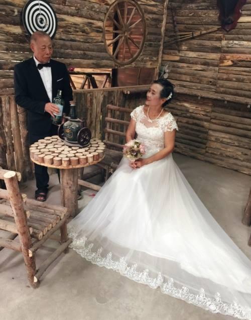 Bộ ảnh cưới 'xì tin' của cụ ông, cụ bà ở Lào Cai
