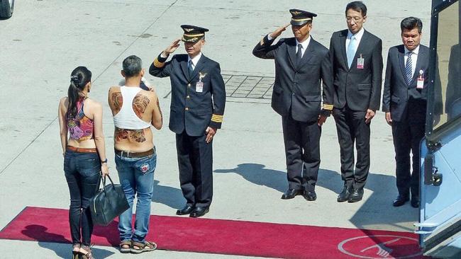 Đây chính là hình ảnh người thừa kế Hoàng gia Thái Lan trong lần ra nước ngoài gần đây - Ảnh 1.